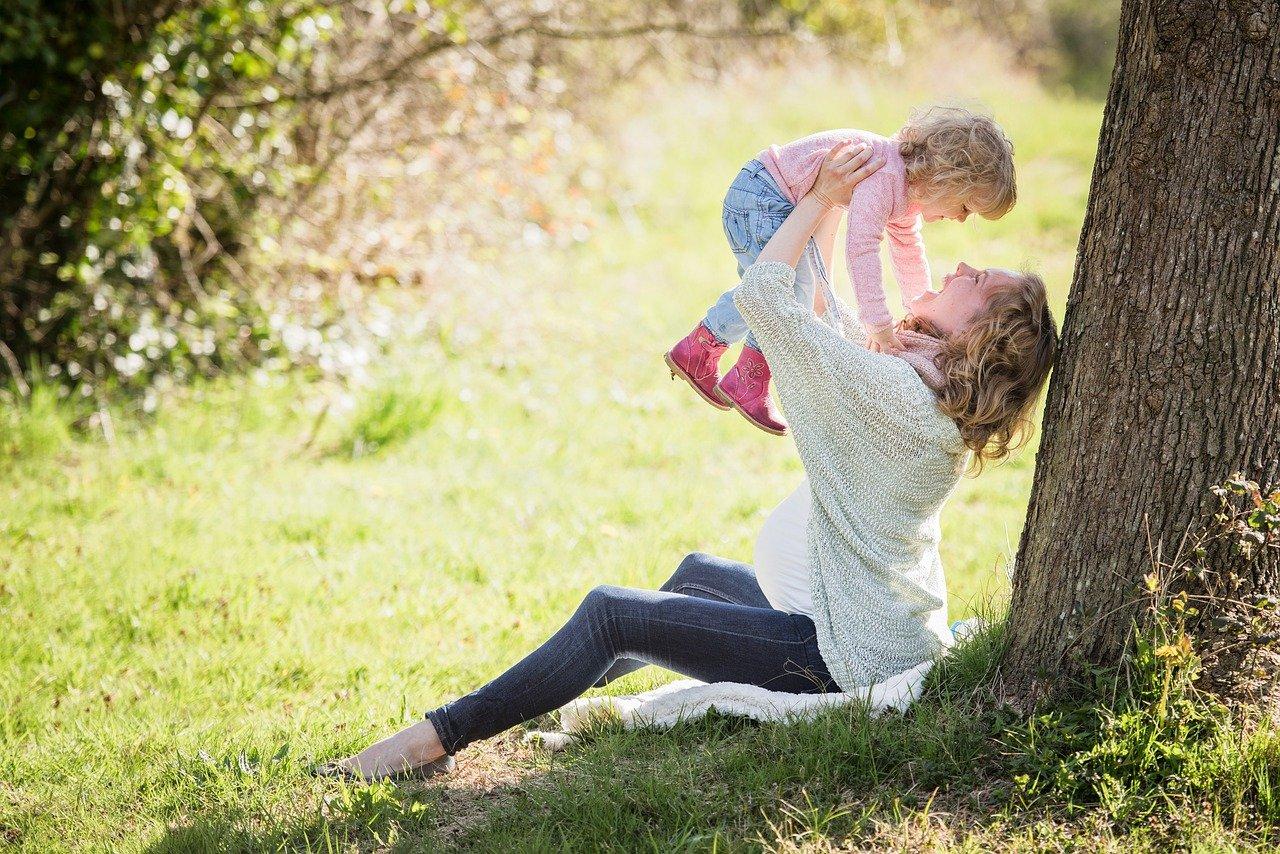 mamma con bambino in braccio